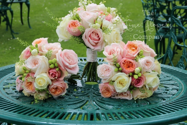 bershire wedding florist bridal bouquets of ivory, peach, blush pink and cream roses